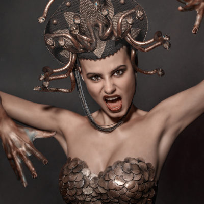 Als mystische Schlangengöttin aus der griechischen Mytologie verkleiden